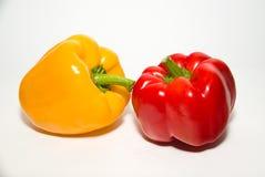 2 зрелых красных и желтых перца дальше над белизной Стоковые Фото