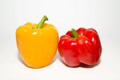 2 зрелых красных и желтых перца дальше над белизной Стоковое Изображение RF