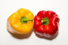 2 зрелых красных и желтых перца дальше над белизной Стоковые Изображения RF