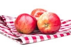 3 зрелых красных яблока на полотенце Стоковое Изображение