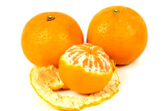 3 зрелых оранжевых tangerines на белой предпосылке Стоковая Фотография