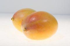 2 зрелых органических желтых манго готового для того чтобы съесть близко вверх Стоковое фото RF