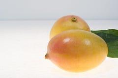 2 зрелых органических желтых манго готового для того чтобы съесть близко вверх Стоковое Фото