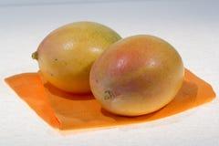 2 зрелых органических желтых манго готового для того чтобы съесть близко вверх Стоковое Изображение RF