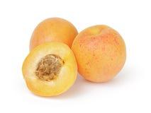 3 зрелых отрезанного плодоовощ половин абрикоса изолированный Стоковая Фотография