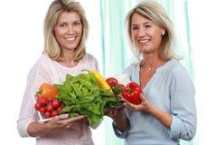 2 зрелых подруги с свежими овощами Стоковые Изображения RF