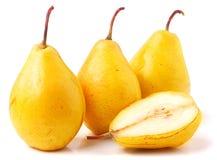 3 зрелых свежих желтых груши изолированной на белой предпосылке Стоковые Изображения