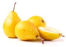 3 зрелых свежих желтых груши изолированной на белой предпосылке Стоковое фото RF