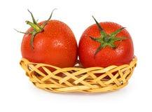 2 зрелых сочных томата в корзине Стоковое Изображение RF