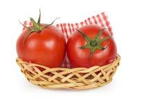 2 зрелых сочных томата в корзине Стоковые Фотографии RF