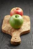 2 зрелых яблока на прованской разделочной доске Стоковая Фотография RF