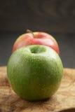 2 зрелых яблока на прованской разделочной доске Стоковое Изображение