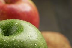 2 зрелых яблока на прованской разделочной доске Стоковые Изображения