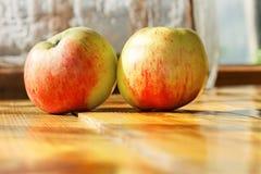 2 зрелых яблока на таблице Стоковое Изображение