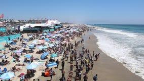 Зрители наблюдая США раскрывают серфинга 2018 сток-видео