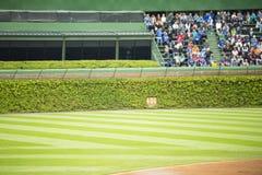 Зрители наблюдая бейсбол от посадочных мест дальней части поля Стоковое фото RF