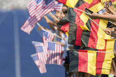 Зрители развевая флаги Германия США Стоковое Изображение RF