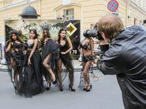 Зрители фотографируют модель Стоковая Фотография