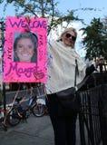 Зритель поддерживает марафонцы Нью-Йорка с знаком стоковые фотографии rf