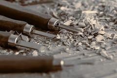 Зубила на деревянной предпосылке с shavings стоковые фото