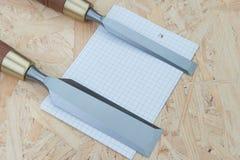 Зубила на естественной деревянной предпосылке Стоковая Фотография