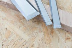Зубила на естественной деревянной предпосылке Стоковое Фото