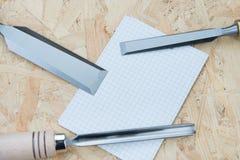 Зубила на естественной деревянной предпосылке Стоковое фото RF