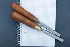 Зубила на естественной деревянной предпосылке Стоковая Фотография RF
