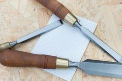 Зубила на естественной деревянной предпосылке Стоковое Изображение