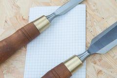 Зубила на естественной деревянной предпосылке Стоковые Фотографии RF