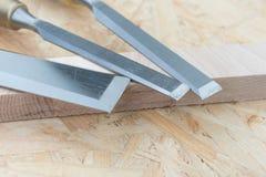 Зубила на естественной деревянной предпосылке Стоковые Фото