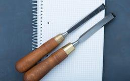 Зубила на естественной деревянной предпосылке Стоковое Изображение RF