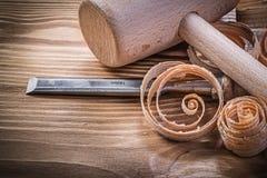 Зубила деревянного мушкела более твердые завили shavings на винтажной деревянной горжетке Стоковая Фотография
