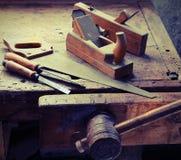 Зубило пилы и сдержанный в старой мастерской Стоковые Изображения RF