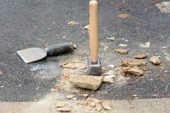 Зубило подкладки каменщиков и молоток шишки стоковая фотография rf