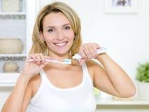 зубная паста зубной щетки владениями девушки сь Стоковые Фотографии RF