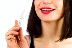 Зубная щетка в женской руке на предпосылке персоны Стоковое фото RF
