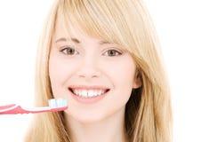 зубная щетка девушки счастливая Стоковая Фотография RF