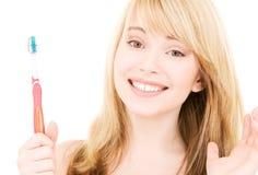 зубная щетка девушки счастливая Стоковая Фотография