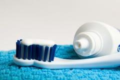 зубная щетка затира Стоковая Фотография
