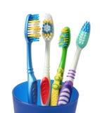 Зубная щетка зубной щетки в стекле на белизне Стоковые Фото