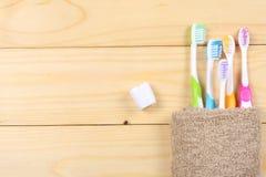 Зубная щетка зубной щетки с полотенцем ванны на деревянном столе Взгляд сверху с космосом экземпляра Стоковые Изображения