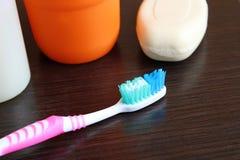Зубная щетка продуктов личной заботы для очищая зубов стоковое изображение rf