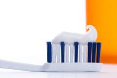 Зубная щетка с зубной пастой, крупным планом Стоковое Изображение RF