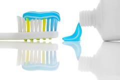 Зубная щетка с зубной пастой стоковая фотография rf