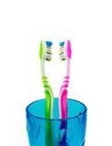 2 зубной щетки в голубой чашке Стоковое Изображение RF