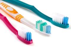 3 зубной щетки изолированной на белом крупном плане предпосылки Стоковые Фотографии RF
