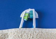 2 зубной щетки лежат друг к другу и спят Стоковое Изображение