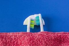 2 зубной щетки лежат друг к другу и спят Стоковое фото RF