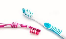 2 зубной щетки на белой предпосылке Стоковое Изображение